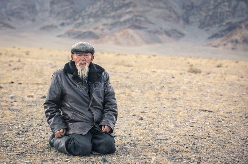 Gammal vit skäggig mongolian man i ett landskap av västra Mongoliet royaltyfri bild