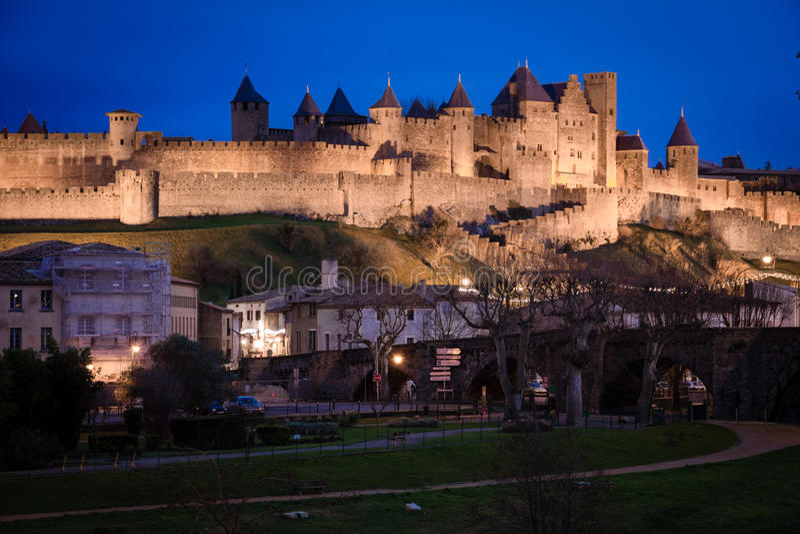 Gammal walled citadell på natten Carcassonne france royaltyfria bilder