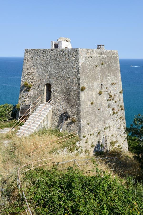 Gammal watchtower nära Peschici på Puglia royaltyfria bilder