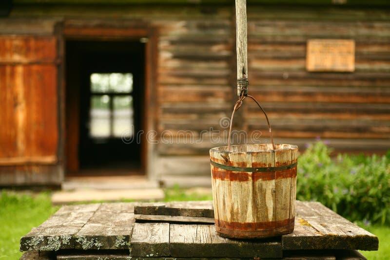 gammal well för farmyard arkivbild