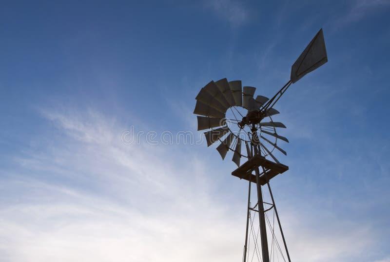 gammal windmill för lantgård royaltyfri fotografi