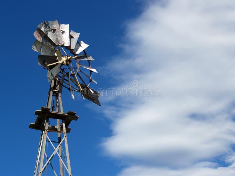 gammal windmill för lantgård arkivbild