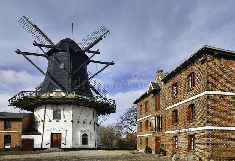 Gammal windmill i det Hojer wadden havet i Danmark royaltyfria bilder