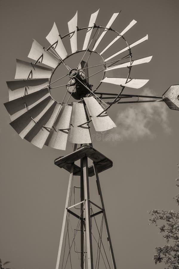 Gammal windpump i Lapham maximumdelstatspark i Delafield Wisconsin royaltyfri foto