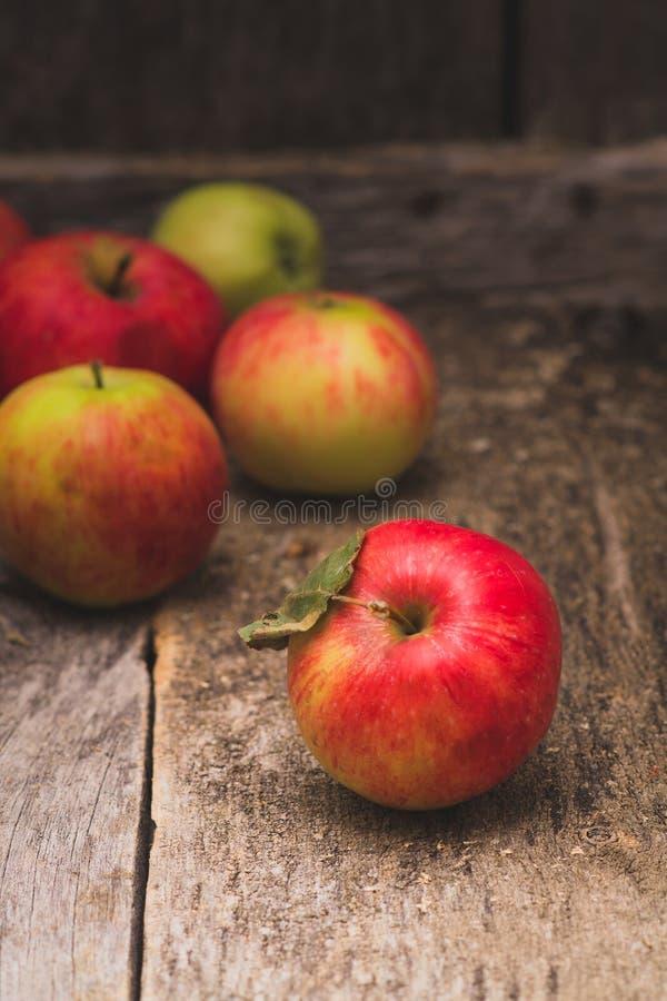 Gammal wood bakgrund för äpplen arkivbild
