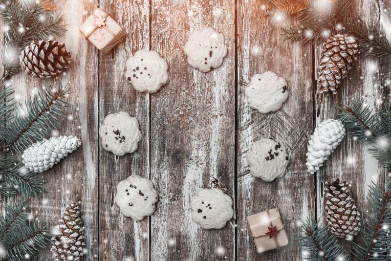 Gammal wood bakgrund, grankottar, söta gåvor och text-formade kex Utrymme för önska med vinter, xmas, nytt år och jul royaltyfri bild