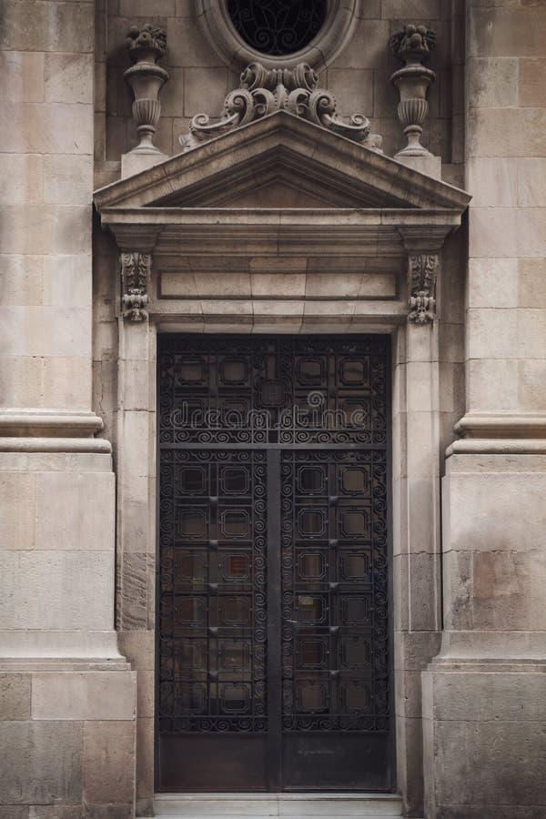 Gammal wood dörr i byggnad som lokaliseras i Barcelona, Spanien royaltyfri foto