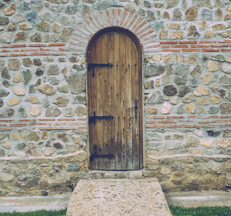 Gammal wood dörr på slottväggen royaltyfri fotografi