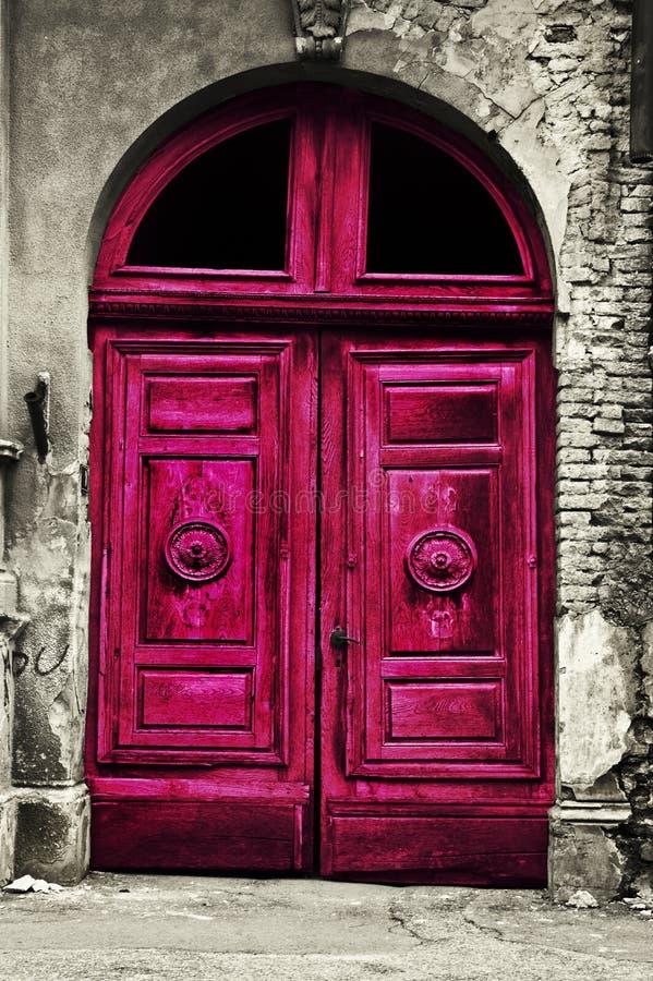 Gammal wood röd dörr royaltyfri bild
