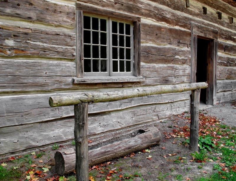 Gammal wood stång för hitching stolpe för häst arkivfoton