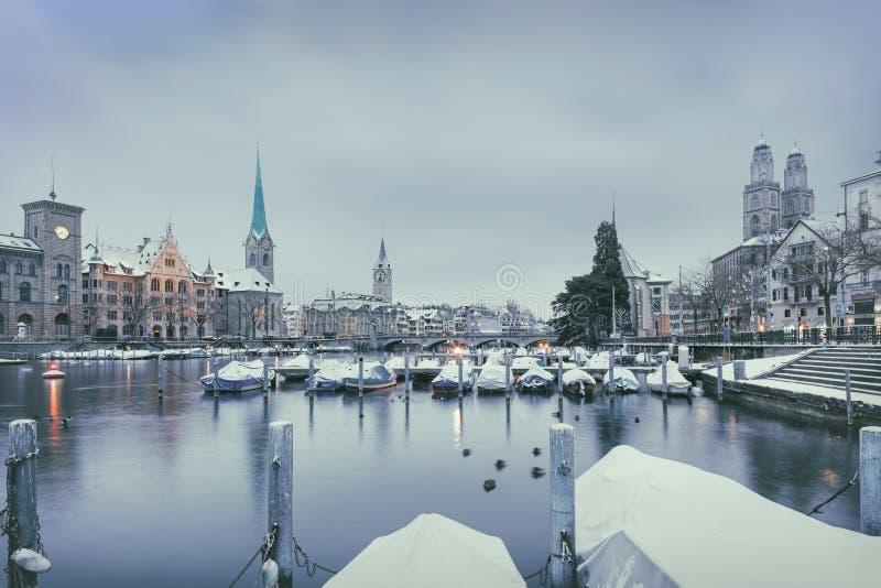 Gammal Zurich stad i vintern, sikt på sjön arkivfoto