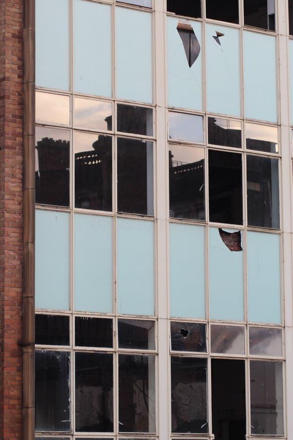 gammala fönster för broken byggnad arkivfoto