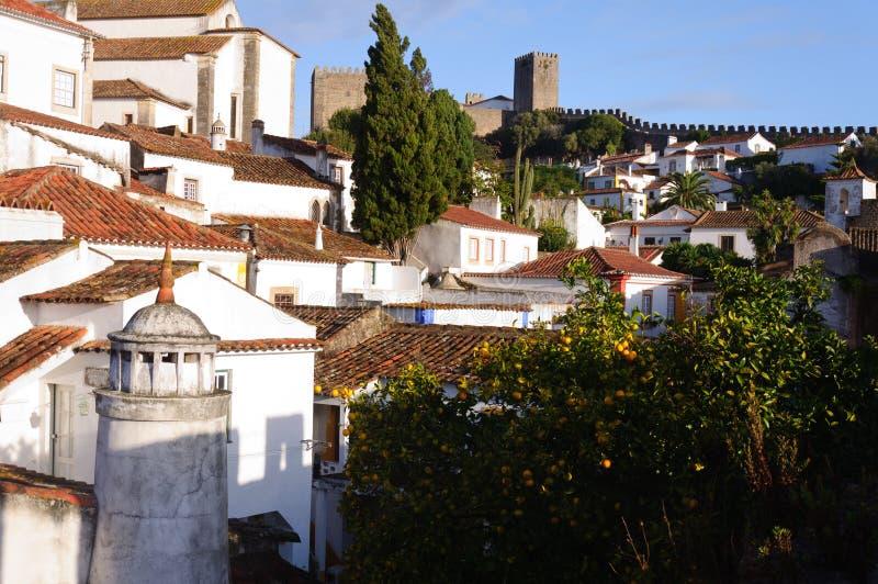 Gammala härliga hus i medeltida stad av Obidos, Portugal arkivfoton