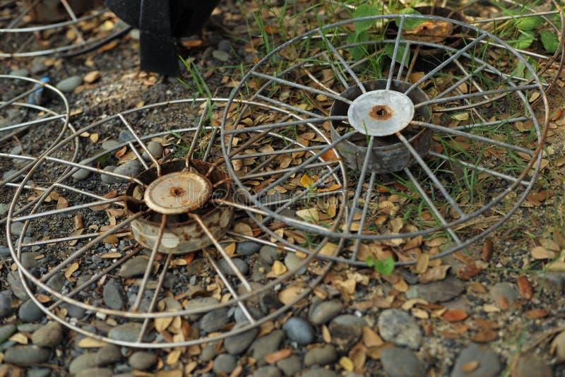 gammala hjul för metall royaltyfri bild