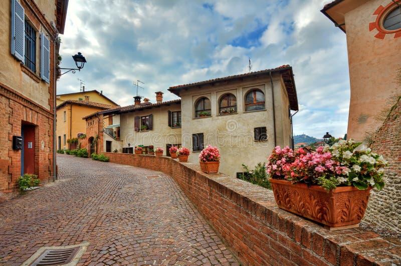 Gammala hus och smal gata. Barolo Italien. arkivbilder