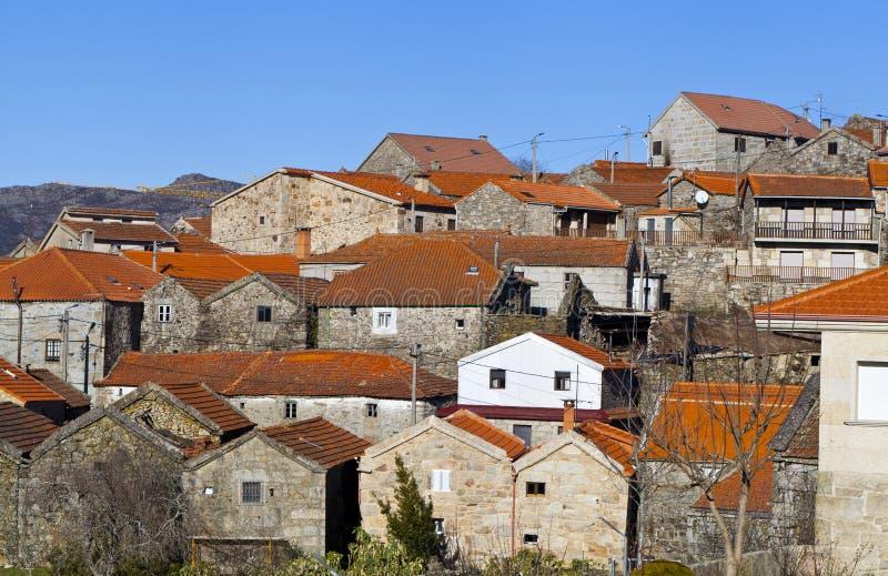 Gammala hus på en mycket nätt by arkivbild