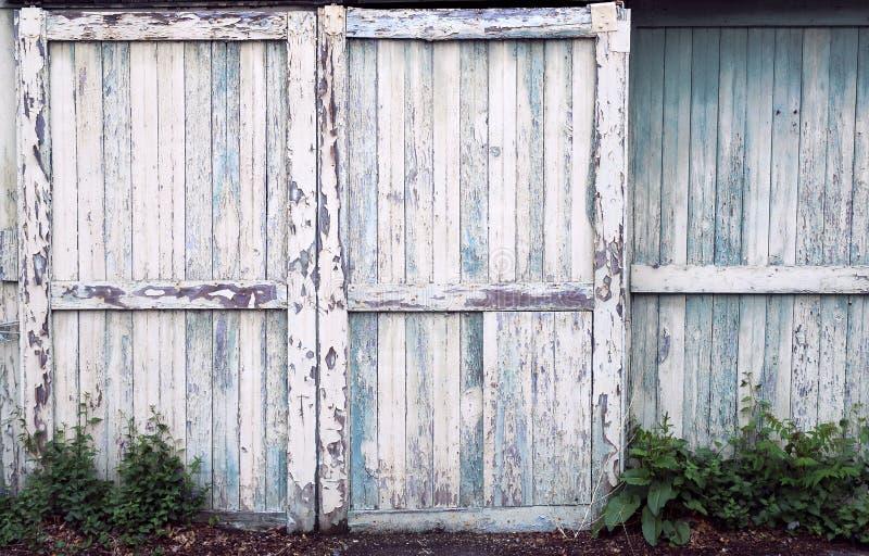Gammala ladugårddörrar arkivbild