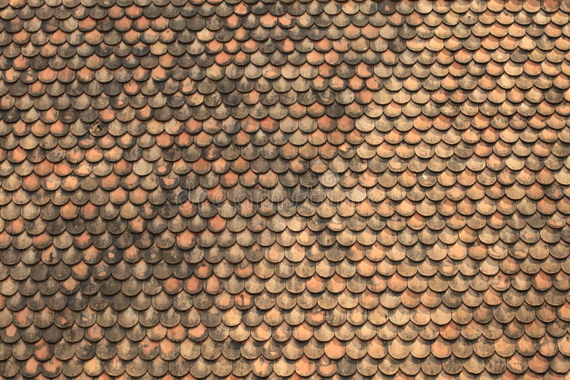 gammala röda taktegelplattor för tegelsten arkivbilder