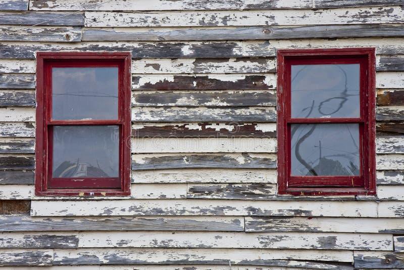 gammala röda väggfönster arkivfoton