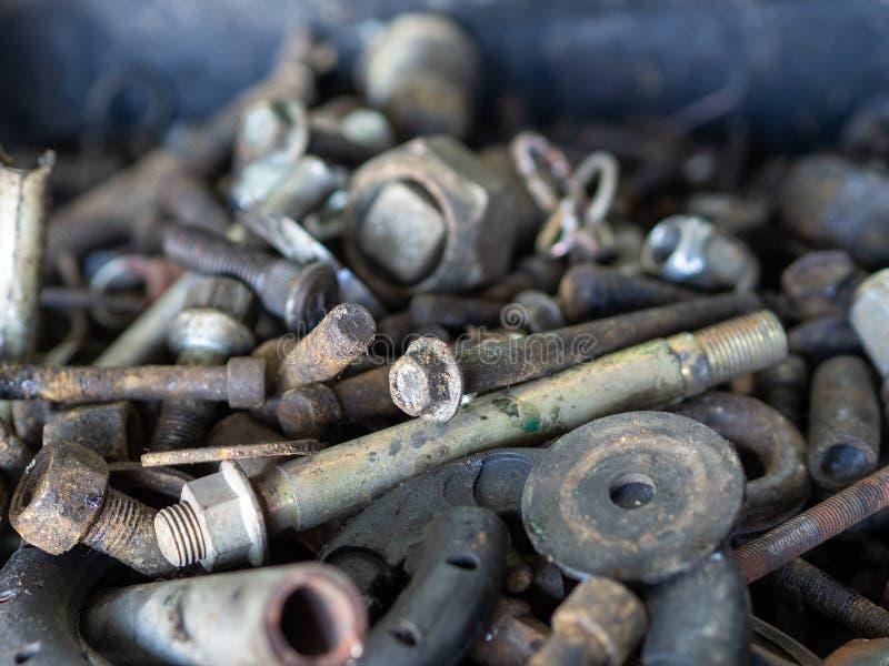 Gammala rostiga bult och muttrar , Hög av metallskrotbakgrund, maskineribransch och detaljen arkivbilder