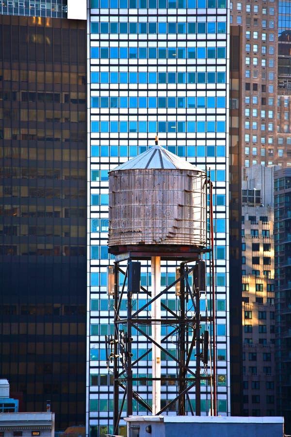Gammala trä bevattnar står hög i New York arkivfoto