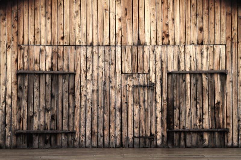 Gammala träladugårddörrar arkivbild