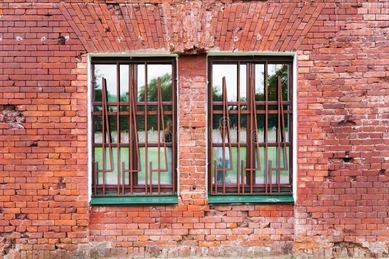 gammala väggfönster för tegelsten arkivbild