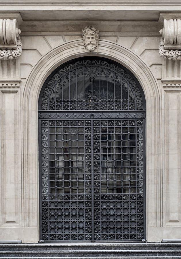 Wrought stryka hänrycker dörren royaltyfria foton