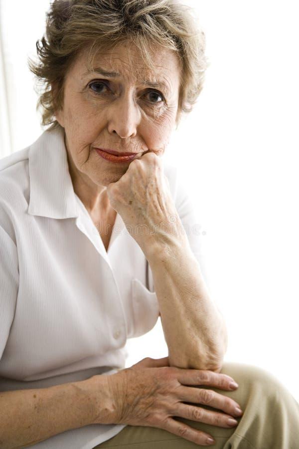 gammalare allvarlig kvinna arkivfoto