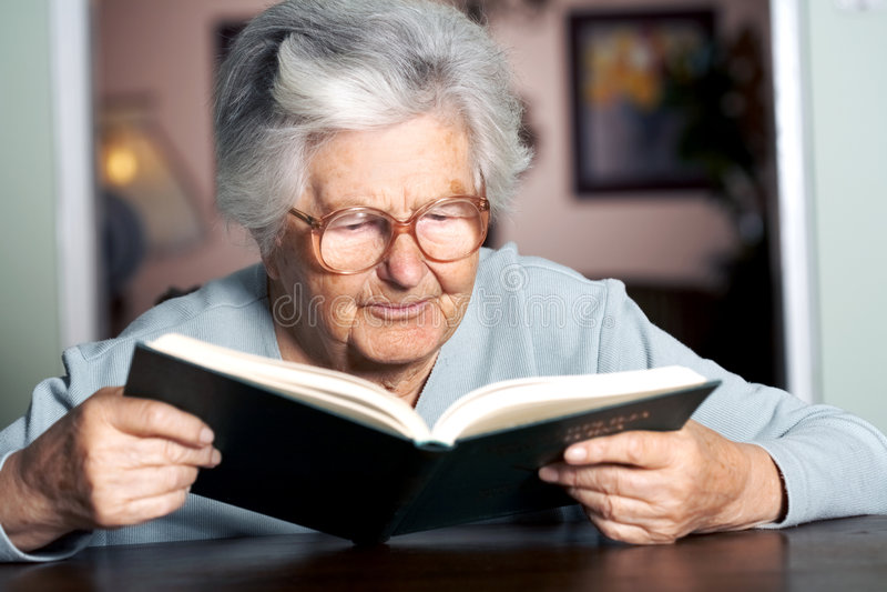 gammalare avläsningskvinna royaltyfri foto