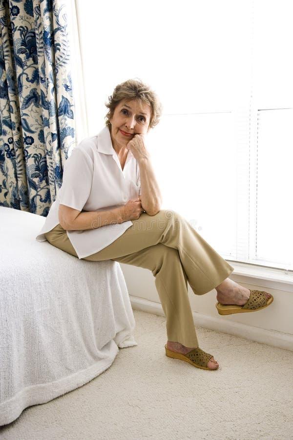 gammalare avslappnande kvinna arkivbild