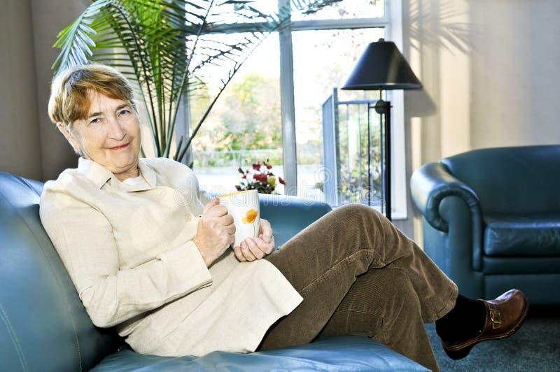 gammalare avslappnande kvinna royaltyfri foto