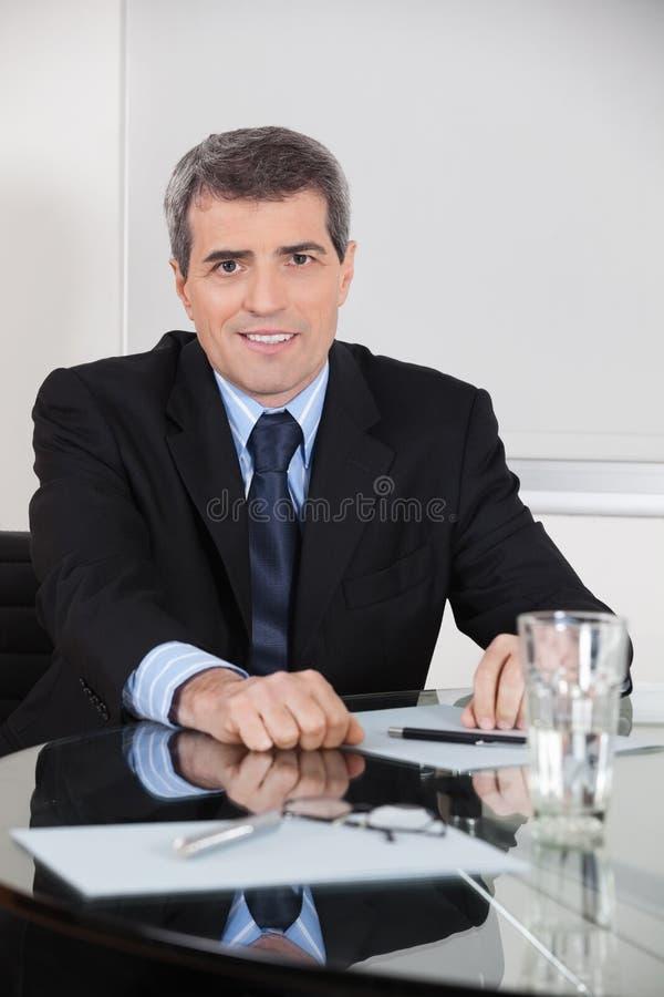 Gammalare entreprenör i hans kontor arkivbild