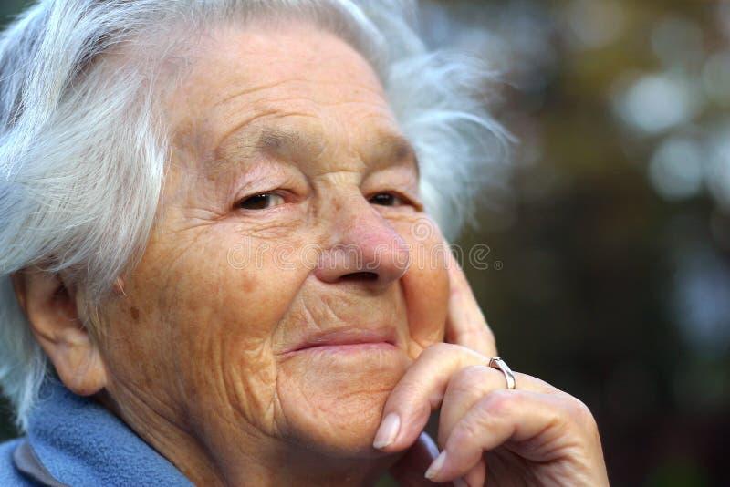 gammalare le kvinna royaltyfria bilder