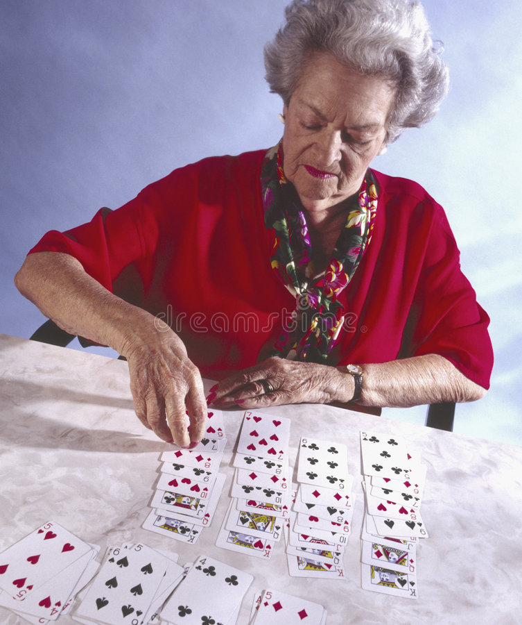 gammalare leka solitairekvinna royaltyfri bild