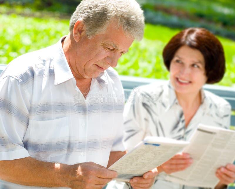 gammalare lycklig avläsning för par fotografering för bildbyråer