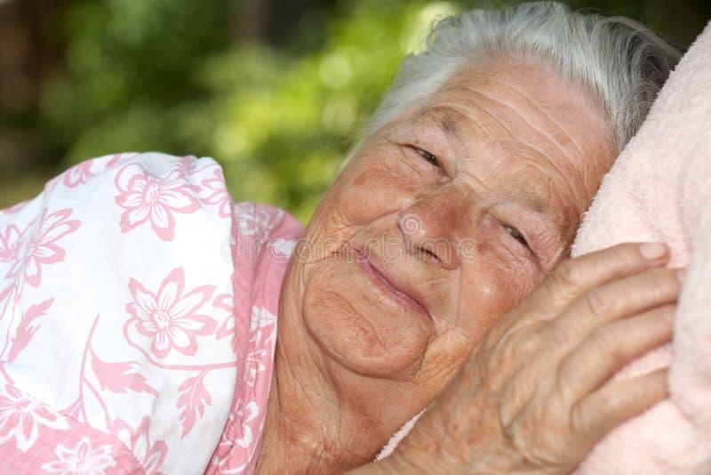 gammalare lycklig kvinna arkivfoto