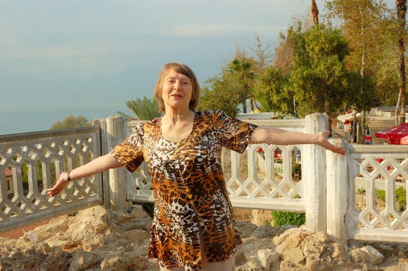 gammalare lycklig kvinna royaltyfria bilder