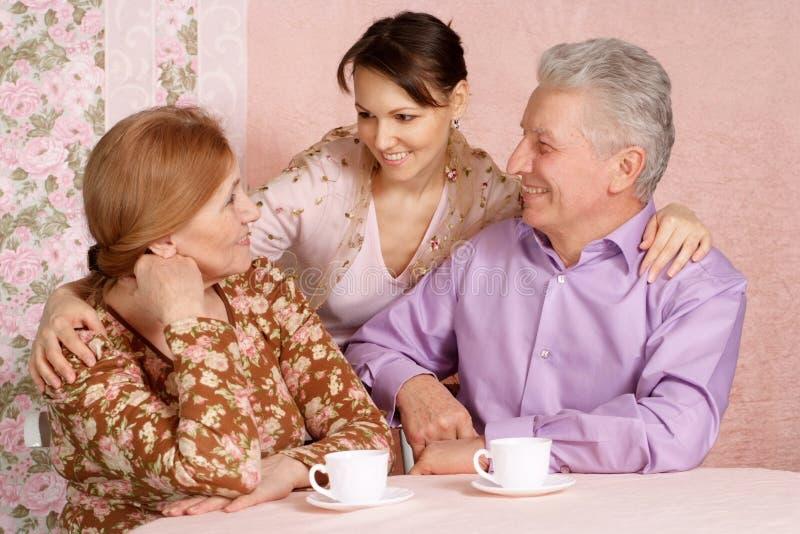 gammalare lyckliga föräldrar för caucasian dotter fotografering för bildbyråer