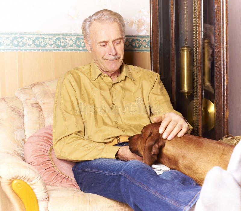 gammalare lyckligt för hund hans man royaltyfria bilder