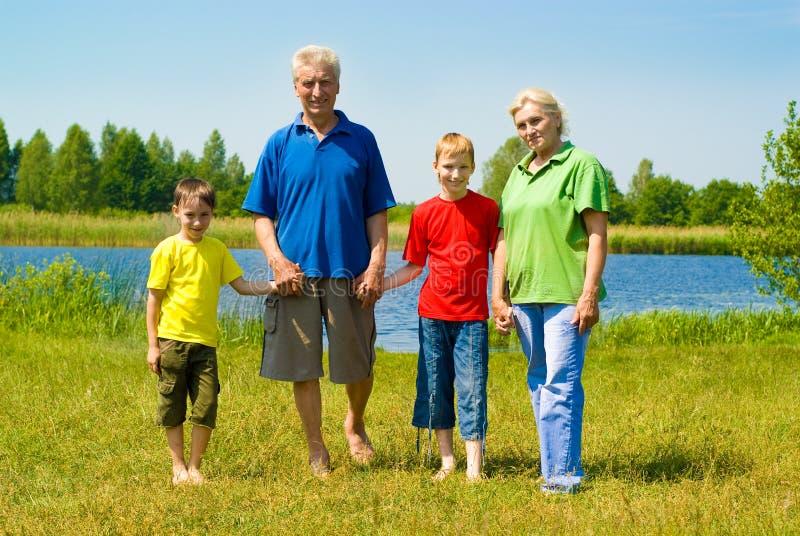 Gammalare par med deras barnbarn som så leker fotografering för bildbyråer