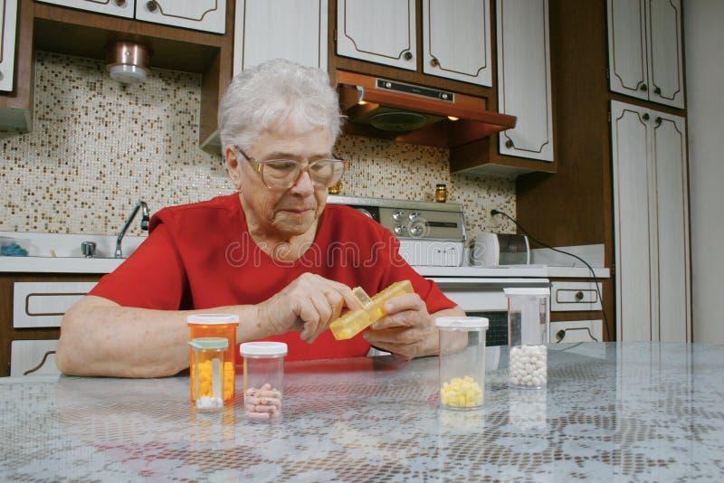 gammalare pillskvinna royaltyfri bild