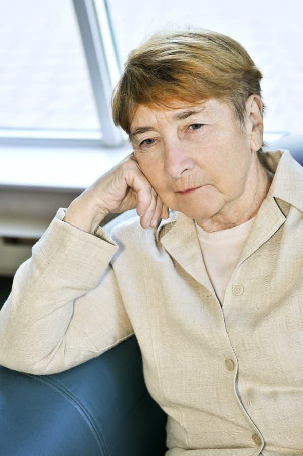gammalare SAD kvinna arkivfoton
