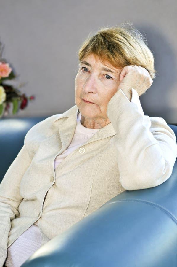 gammalare SAD kvinna royaltyfria bilder
