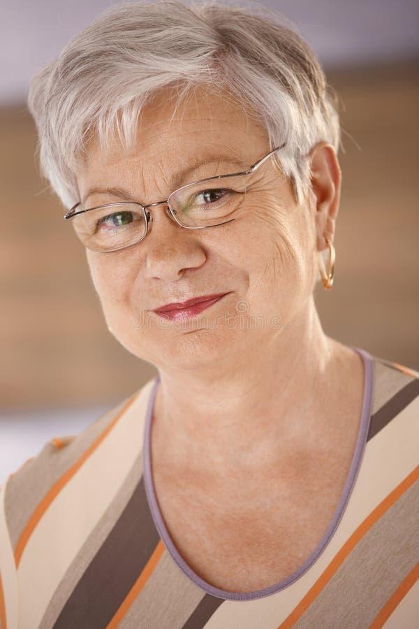 gammalare ståendekvinna arkivfoto