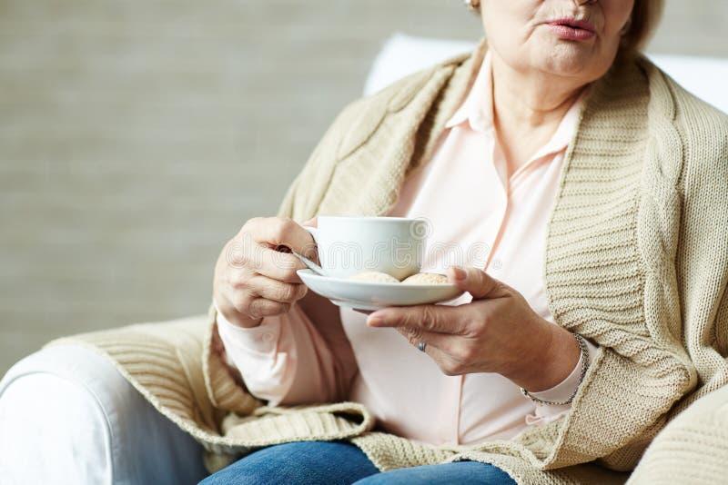 gammalare teakvinna för kopp royaltyfri fotografi