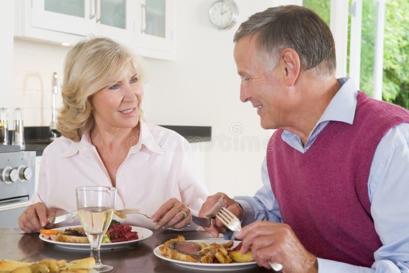 gammalare tyckande om målmealtime för par tillsammans royaltyfria bilder