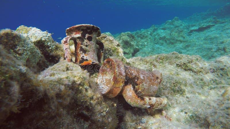 Gammalgrekiska Clay Amphorae Relics Underwater royaltyfri bild