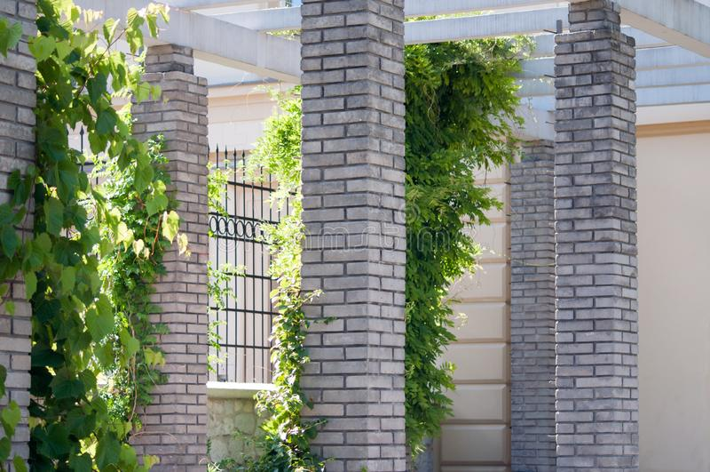 Gammalgrekiskaarkitektur, gråa pelare som göras av tegelstenar royaltyfria bilder