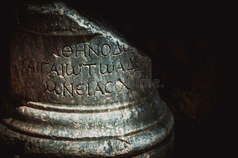 Gammalgrekiskaskrift som snidas på stenkolonn Kyrenia Cypern arkivfoton